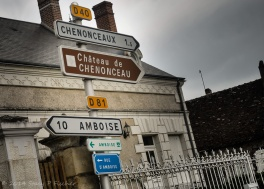 Signs to Amboise, Rue D'Amboise, Chenonceaux, and Château de Chenonceau displayed on a post.