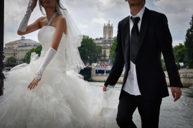 Bride and groom on Île Saint Louis, with the River Seine in the background.