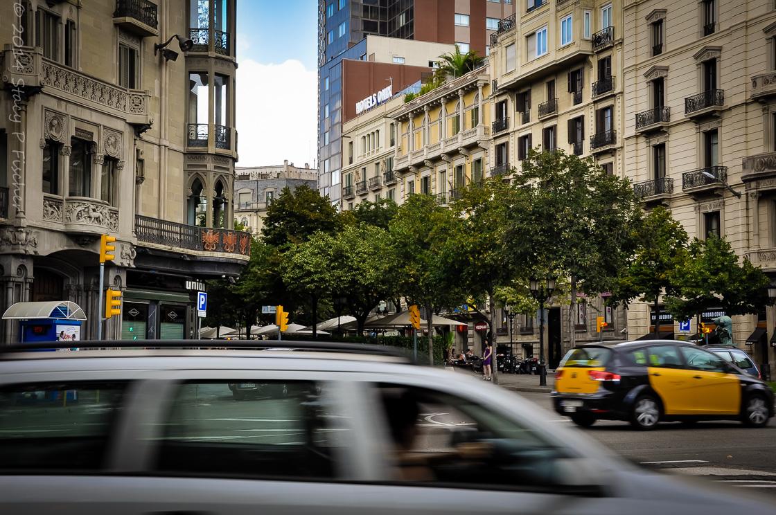 Cars whizzing by Las Ramblas