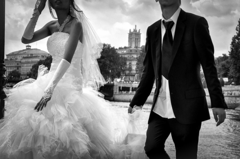 Bride and groom on Île Saint Louis, Paris, with the River Seine in the background.